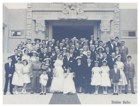 PORTUGAL, LISBOA - 1940 CIRCA vieja foto de familia numerosa con pareja de novios de imagen ilustrativa, tema de interés humano Foto de archivo - 30310559