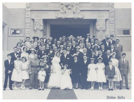 Portugal, Lissabon - CIRCA jaren 1940 oude foto van groot gezin met bruidspaar Illustratief beeld, afhankelijk van de human interest Redactioneel