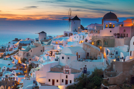 밤에 Oia 마을의 조명, 산토리니, 그리스