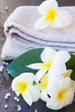Spa y bienestar ajuste con toallas y flores frangipani Foto de archivo