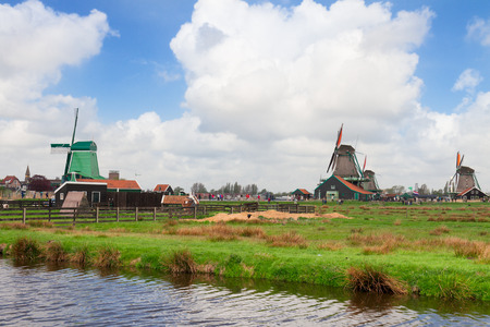 molinos de viento: molinos de viento holand�s sobre el r�o