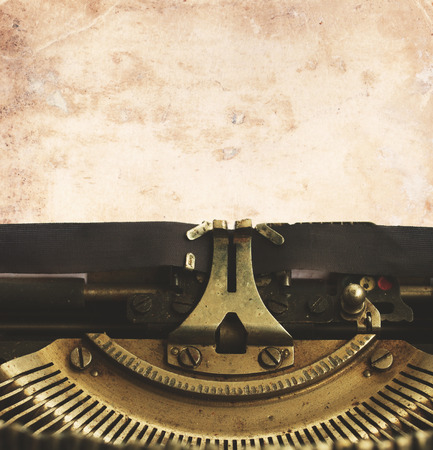 maquina de escribir: m�quina de escribir con la p�gina en blanco