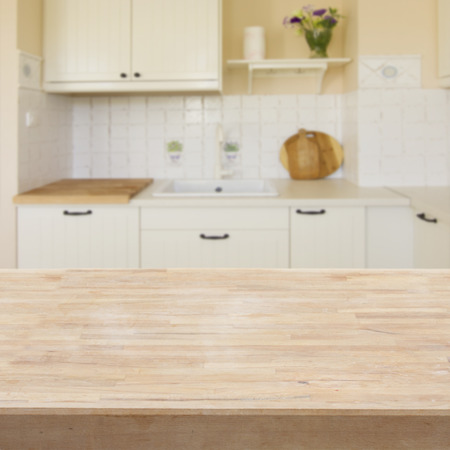 wooden desk: houten tafel in een lichte moderne keuken Stockfoto