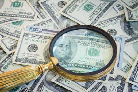 dinero falso: dinero bajo vidrio manifying