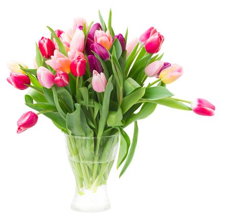 白いポットの色とりどりのチューリップの花の花束