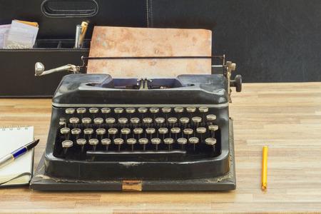 the typewriter: m�quina de escribir