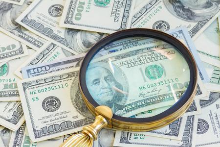 pieniądze: Pieniądze pod manifying szkła Zdjęcie Seryjne