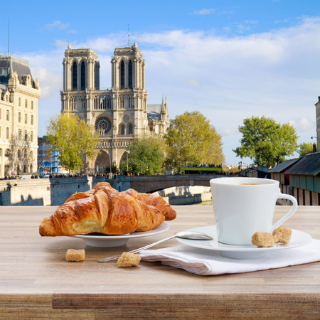 paris vintage: taza de café negro con croissant en París, Francia