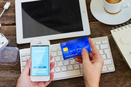 tarjeta de credito: concepto de compras móvil Foto de archivo