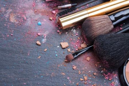 maquillaje de ojos: pinceles en la paleta de sombras de ojos