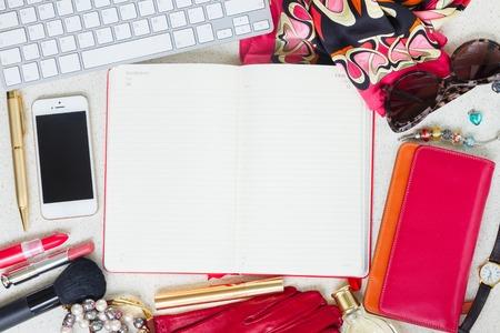 Stilleven van mode vrouw als een frame op bureau met lege planner