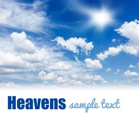 Blauwe hemel achtergrond met gezwollen witte wolken en zon