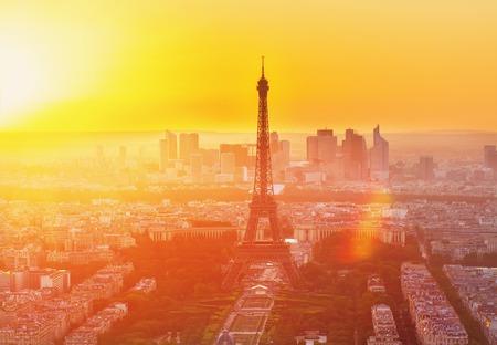 에펠 탑과 파리 풍경 위에서 오렌지 일몰 햇빛, 프랑스