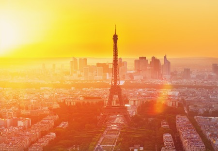 Eiffeltoren en Parijs stadsgezicht van bovenaf in de oranje zonsondergang zonlicht, Frankrijk