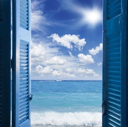Habitación con puerta azul abierta al paisaje marino - concepto de vacaciones Foto de archivo - 43267902