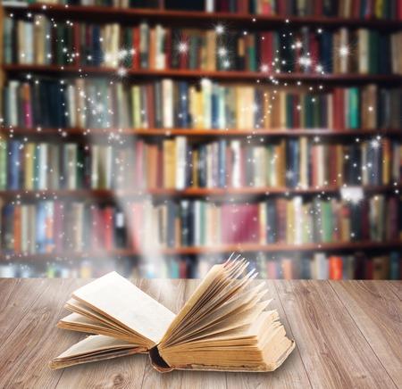 魔法の光と木製本棚に開いた本