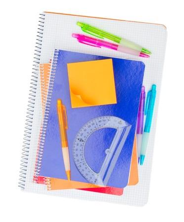 utiles escolares: Cuaderno con el conjunto de �tiles escolares aislado en el fondo blanco Foto de archivo