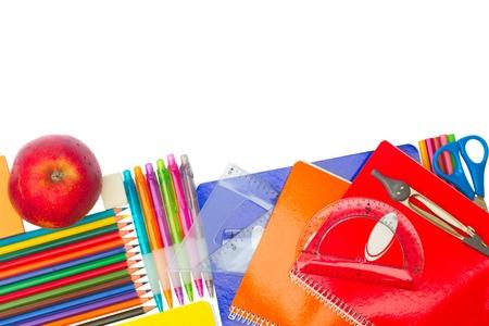 utiles escolares: Bloc de notas con material escolar y la frontera de la manzana aislada en blanco Foto de archivo