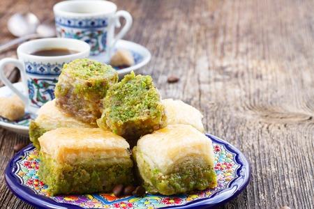jarabe: delicias turcas - dulces tradicionales baklava con café turco Foto de archivo
