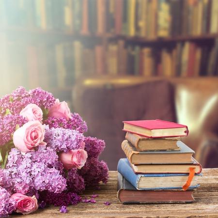 Bibliothèque en bois avec pile de livres anciens et de fleurs dans la bibliothèque Banque d'images - 43828350