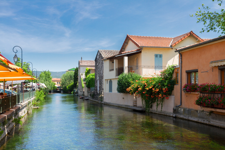 paisaje mediterraneo: L'Isle-sur-la-Sorgue, provenzal hermosa ciudad pequeña, Provenza, Francia