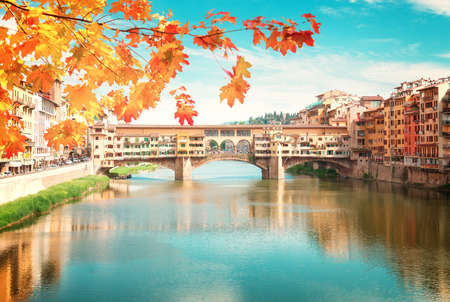 hojas antiguas: famous bridge Ponte Vecchio over river Arno at fall day, Florence, Italy, retro toned