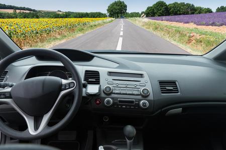chofer: parabrisas del coche con la carretera nacional, ver adentro hacia afuera