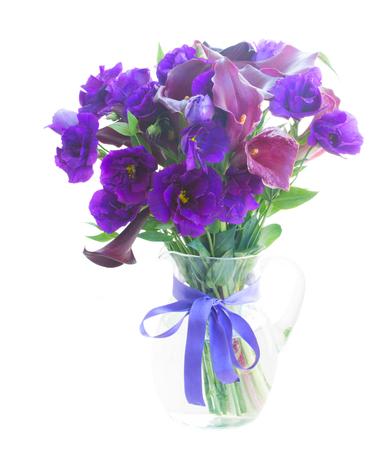 calas blancas: Calla lilly y eustoma flores en el florero aislado en el fondo blanco