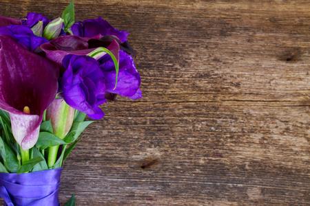 calas blancas: Ramo de Lilly de la cala y eustoma flores en la mesa de madera