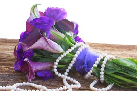 calas blancas: Ramo de Lilly de la cala y eustoma flores en la mesa de madera, aislado en el fondo blanco Foto de archivo