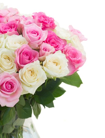 rosas blancas: ramo de rosas de color rosa y blanco de cerca solated sobre fondo blanco Foto de archivo