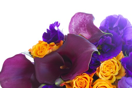 calas blancas: Ramo de la cala lilly, rosas y eustoma flores aisladas sobre fondo blanco Foto de archivo