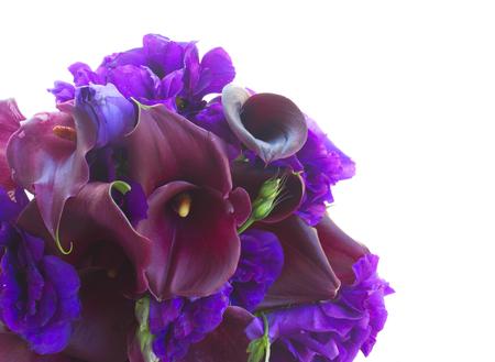calas blancas: frescas Calla lilly y eustoma flores cerca aisladas sobre fondo blanco