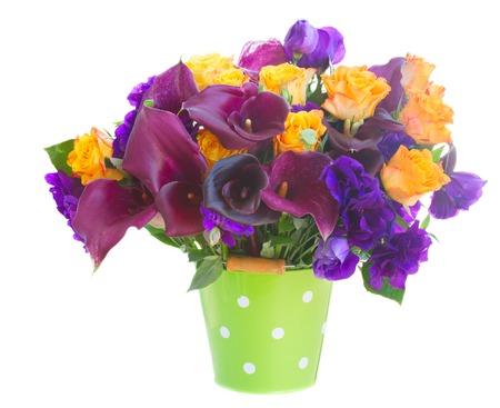 calas blancas: Ramo de la cala lilly, rosas y flores eustoma en bote verde aisladas sobre fondo blanco