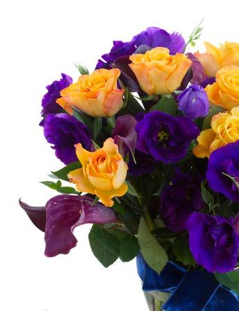 calas blancas: Ramo de la cala lilly, rosas y flores eustoma cerca aisladas sobre fondo blanco