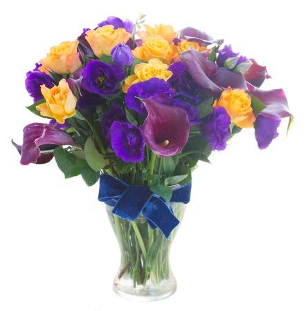 white callas: Ramo de la cala lilly, rosas y flores eustoma en florero de cristal aislado en fondo blanco