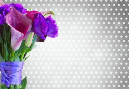 calas blancas: Ramo de Lilly de la cala fresca y eustoma flores sobre fondo gris bokeh