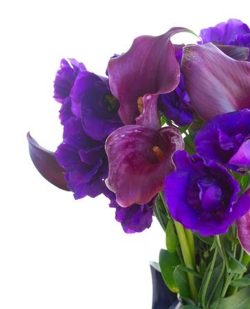 White Callas: cala fresca Lilly y flores eustoma cerca aisladas sobre fondo blanco