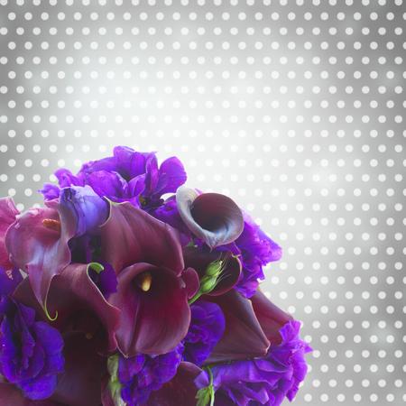 calas blancas: flores frescas Lilly de la cala y eustoma cerca sobre fondo gris bokeh
