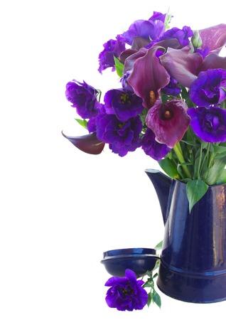 calas blancas: Calla lilly y flores eustoma en crisol azul cerca aisladas sobre fondo blanco
