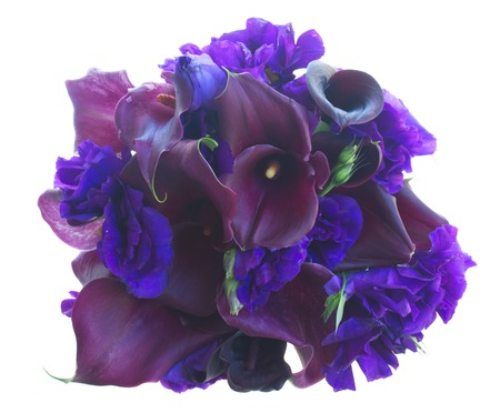 calas blancas: couquet del fresco de cala Lilly y eustoma flores aisladas sobre fondo blanco