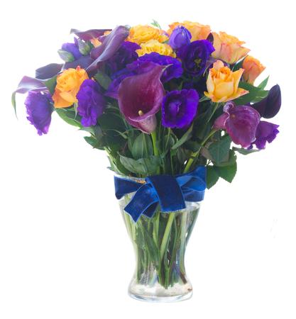 calas blancas: Ramo de la cala fresca lilly, rosas y flores eustoma en florero de cristal aislado en fondo blanco Foto de archivo