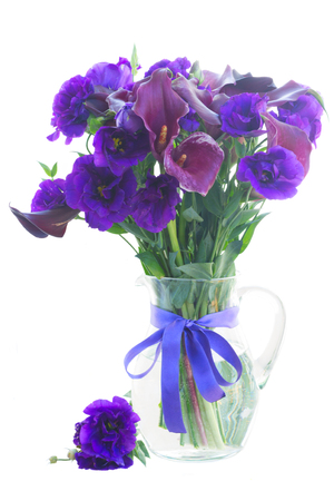 calas blancas: Calla lilly y eustoma flores en el florero de cristal aislado en fondo blanco