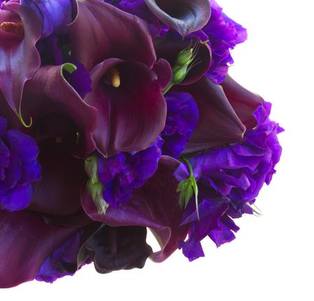 calas blancas: manojo de Calla Lilly y eustoma flores cerca aisladas sobre fondo blanco