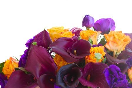 white callas: Brder de cala lilly, rosas y eustoma flores aisladas sobre fondo blanco
