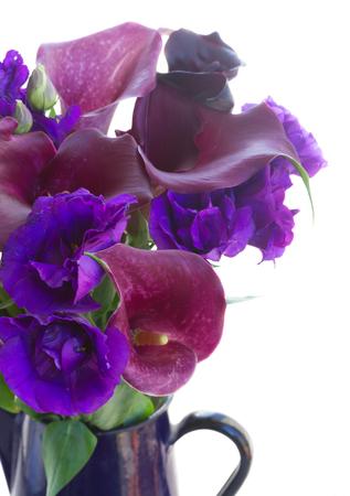 white callas: ramo de la cala lilly y eustoma flores cerca aisladas sobre fondo blanco