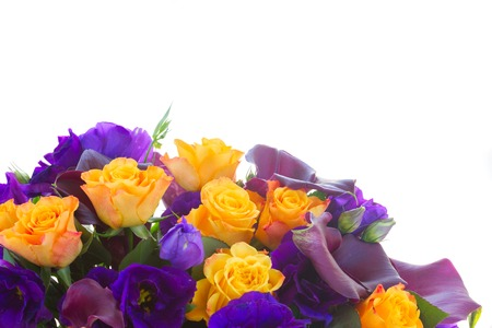 white callas: Manojo de cala fresca lilly, rosas y flores eustoma frontera aislado sobre fondo blanco