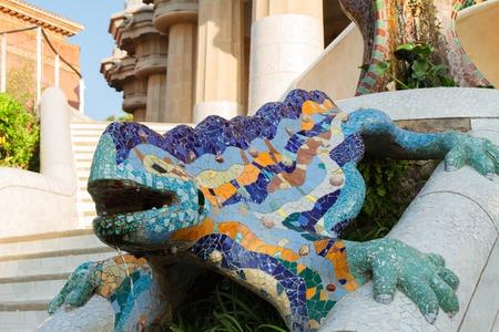 barcelone: célèbre lézard mosaïque Gaudi dans le parc Guell, Barcelone, Espagne