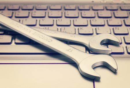elettronica concetto di supporto tecnico - chiavi sulla tastiera del computer, retrò tonica