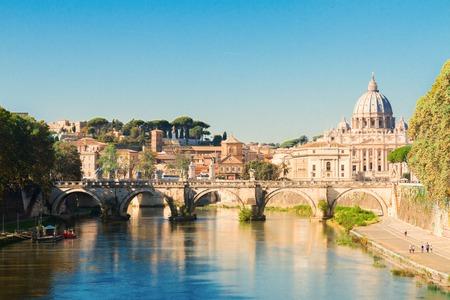 De kathedraal van St. Peter's over de brug en de rivier in Rome, Italië Stockfoto